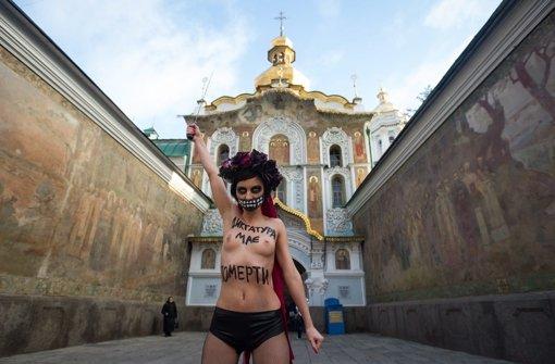 Femen-Aktivistin zieht bei Minusgraden blank