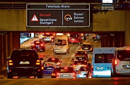 In der Nacht zum Freitag werden die Warntafeln wieder auf Achtung! gestellt.  Autofahrer sollen zumindest am Freitag und Samstag auf Bus und Bahn umsteigen Foto: dpa