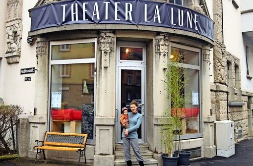 Für Julianna Herzberg und ihr Baby ist das La Lune nicht nur Theater, sondern auch eine Art Wohnzimmer. Foto: Ina Schäfer