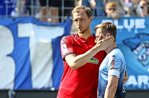 Georg Niedermeier (li.): Der Ex-VfB-Profi im Dress des SC Freiburg II  tröstet Kickers-Kapitän Sandro Abruscia. Foto: Baumann