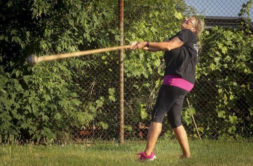 Petra Müller hat beim Werfen des Schottenhammers den nötigen Schwung. Foto: factum/Simon Granville