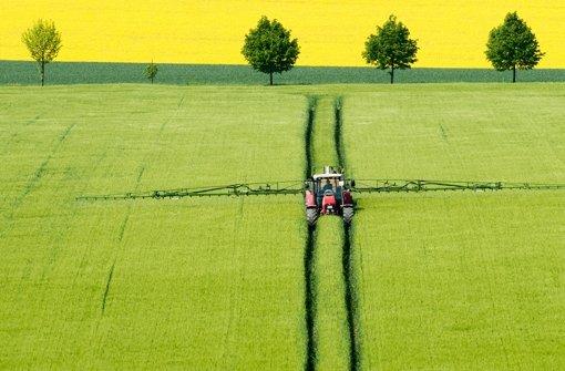 Spritzmitteleinsatz auf einem Feld: Im Ackerbau ist Glyphosat der Renner Foto: dpa