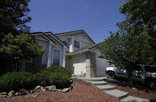 """In diesem Haus in Fairfield sollen das Paar und die zehn Kinder unter """"entsetzlichen"""" Umständen gelebt haben. Foto: AP"""