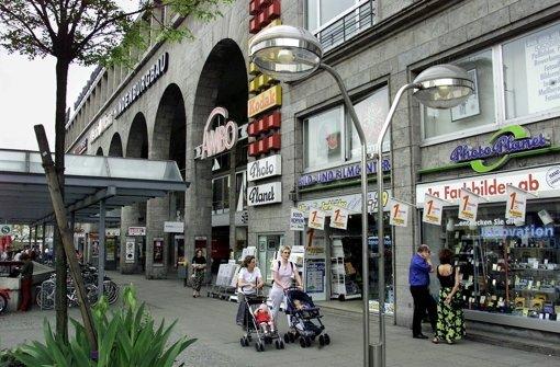 Der Gebäudekomplex, der früher Hindenburgbau hieß: Die Front am Arnulf-Klett-Platz und an der Schillerstraße mit Läden und Gaststätten ist 136 Meter lang. Foto: Archiv