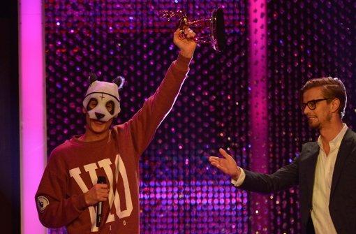 """Mit Spannung wurde erwartet, ob Cro bei der Preisverleihung sein """"wahres"""" Gesicht zeigt ... aber, Fehlanzeige: Der 20-jährige Stuttgarter nahm auch diesmal seine Pandamaske nicht ab. Foto: dapd"""