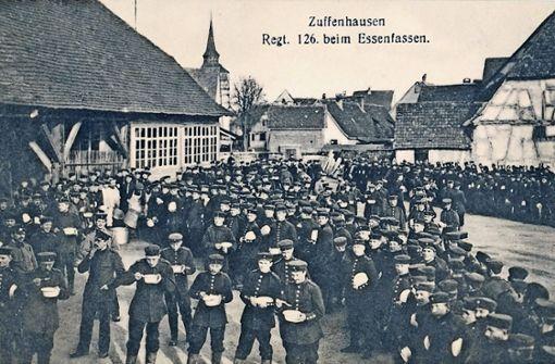 Soldaten bei der Verköstigung. Das Bild wurde auf dem kelterplatz gemacht, wo sich  damals die Kaserne befand.  Foto: Archiv Winfried Schweikart