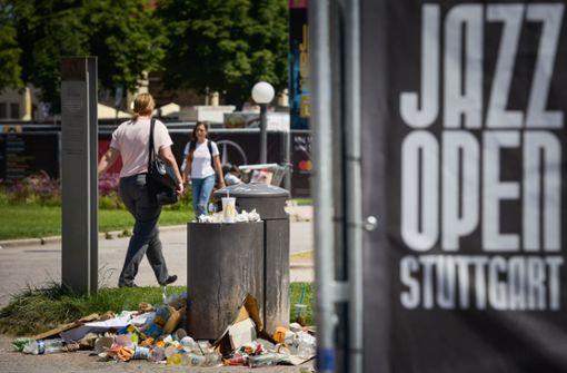 Während der Jazz Open herrschte das blanke Müll-Chaos auf dem Schlossplatz – sogar Ratten wurden angelockt. Foto: Lichtgut/Max Kovalenko