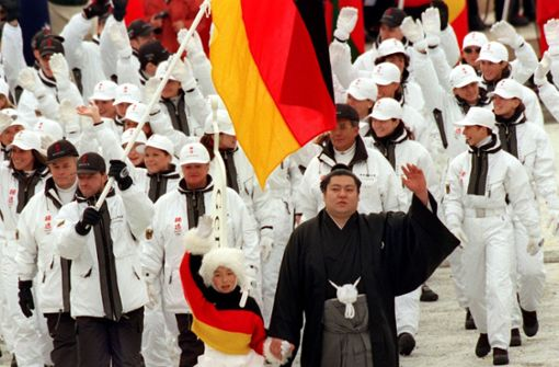 Vier Jahre später im japanischen Nagano kleideten sich die deutschen Athleten ganz in weiß. Sogar die Mützen und Handschuhe waren damals weiß. Foto: dpa