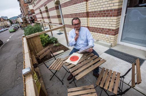 Matthias Filbinger auf seiner neuen kleinen Terrasse. Mit den Forderungen der Stadt ist er überhaupt nicht einverstanden. Foto: Lichtgut/Julian Rettig