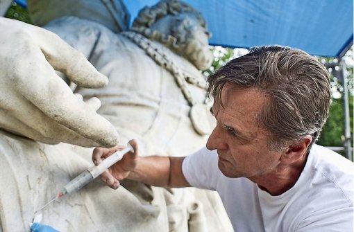 Restaurator Gerhard Feldmann füllt behutsam Risse im Marmor Foto: Max Kovalenko