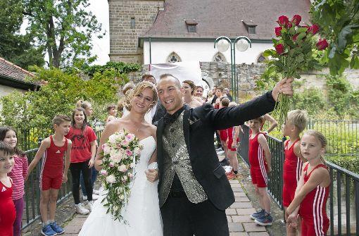 Sandra und Frank Stäbler mit Ringerkindern bei ihrer Hochzeit vor der Stephanuskirche in Echterdingen. Foto: Horst Rudel