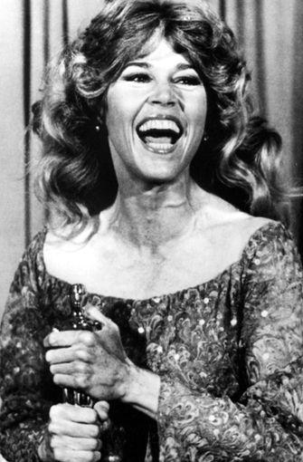 """Jane Fonda mit ihrem Oscar für die beste weibliche Hauptrolle in """"Coming Home"""" von 1979. Es war ihr zweiter, den ersten hatte sie schon für ihre Darstellung eines Callgirls in """"Klute"""" erhalten. Foto: dpa"""