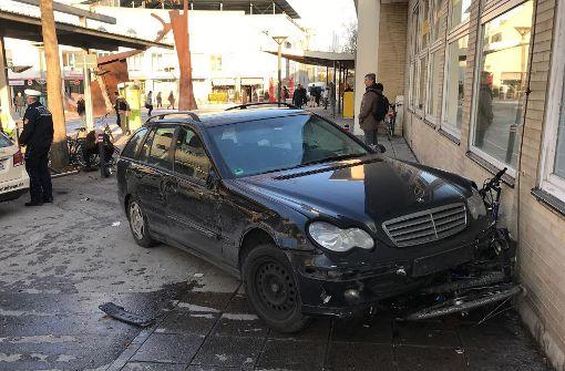 Autofahrerin prallt gegen Bahnhofsgebäude