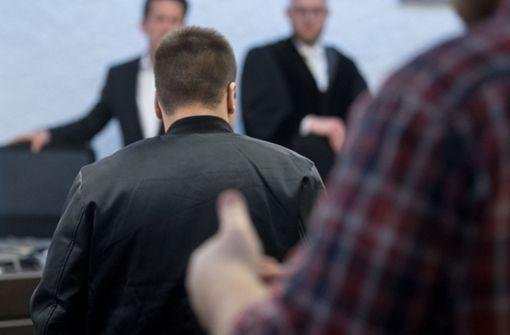 Der verurteilte Mörder Deniz E. (in Lederjacke) wird nicht weggeschlossen. Auf freien Fuß kommt er vorerst trotzdem nicht. Foto: dpa