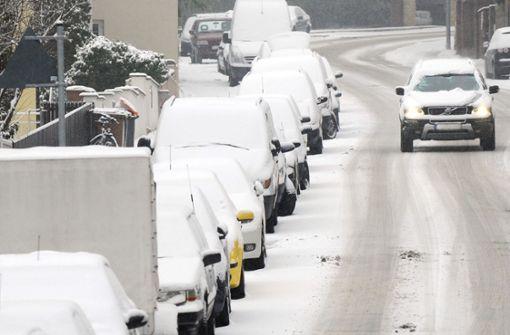 Glatte Straßen und erste Unfälle nach Schneefall