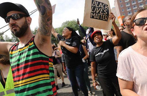 In Boston marschieren mehrere Tausend Menschen gegen rechte Gewalt.  Foto: GETTY IMAGES NORTH AMERICA