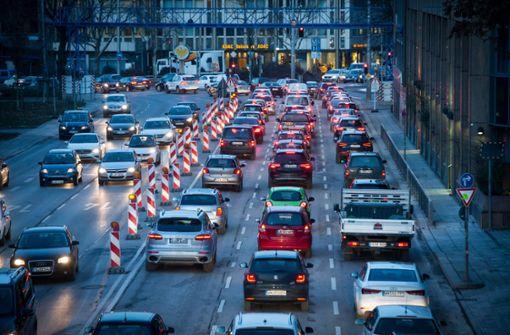 CDU fähr dreispurig am Neckartor vorbei