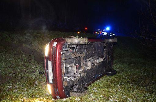 Opel landet nach Wendemanöver in Böschung