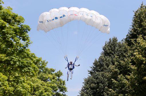 Fallschirmspringer bei Landeanflug schwer verletzt