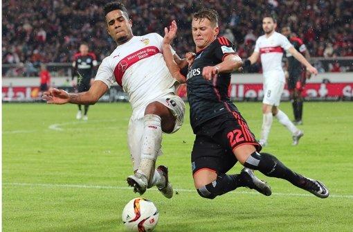 Daniel Didavi (li., gegen Matthias Ostrzolek/HSV) Foto: Baumann