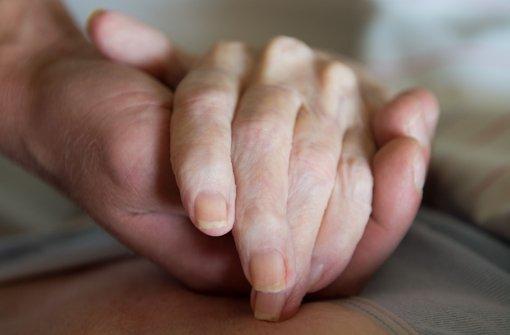 Gesundheitsminister Hermann Gröhe will die Pflegeausbildung vereinfachen – in der Union gefällt das nicht jedem. Foto: dpa