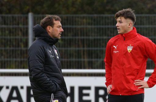Trainer Markus Weinzierl im Gespräch mit Antonis Aidonis. Foto: Pressefoto Baumann