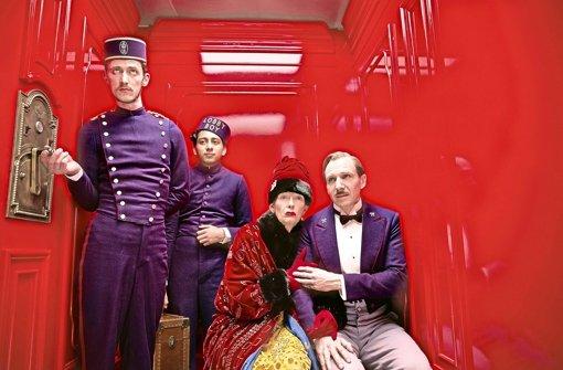 """Wer sich im Aufzug richtig benimmt, vermeidet unangenehme Situationen (Szene aus """"Grand Budapest Hotel"""", der am 6. März in die Kinos kommt). Foto: dpa"""