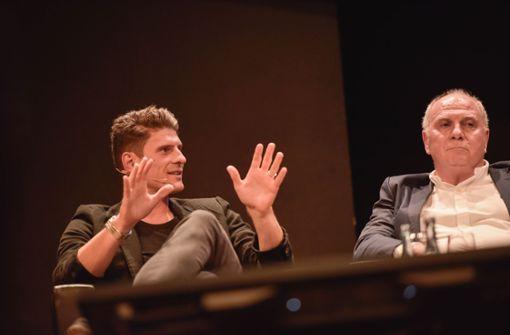 Mario Gomez (links) und Uli Hoeneß beim StN Foyer auf der Bühne. Foto: Lichtgut/Max Kovalenko