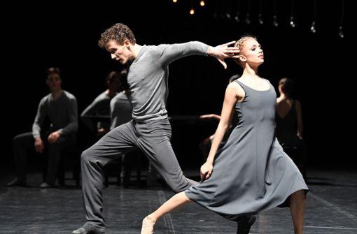 """Roman Novitzkys """"Under the Surface"""" mit Alexander McGowann und Veronika Verterich Foto: Stuttgarter Ballett"""