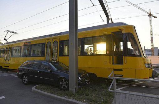Mercedes kollidiert mit Stadtbahn