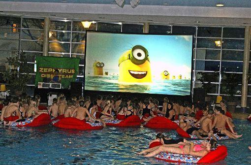 Das Schwimmbad wird zum Kinosaal