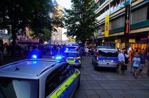 Mehrere Streifenwagen fahren zur Auseinandersetzung auf der Königstraße. Foto: Andreas Rosar Fotoagentur-Stuttgart
