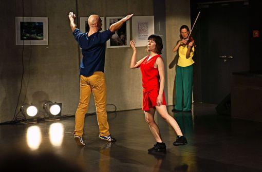 """Mit einer Choreografie  zu Steve Reichs """"Violin Phase"""" ist das Esslinger Tonart-Festival eröffnet worden. Foto: Ines Rudel"""