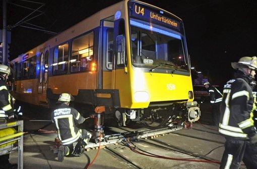 Donnerstagabend in Untertürkheim: Eine Stadtbahn wird wieder ins Gleis gehoben Foto: Rosar