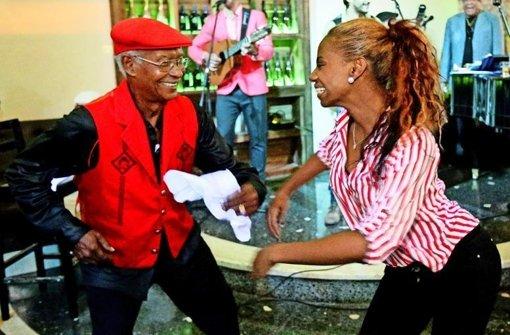 """Beim Tänzchen in der Bar """"VIP Havana"""" ist der Rumba-König Luis Chacón Mendive in seinem Element. Foto: Sven Creutzmann"""