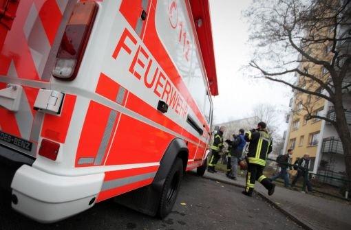 Der Schuppen eines Wohnhauses neben der Bahnstrecke zwischen Besigheim und Bietigheim-Bissingen ist am Montagmorgen in Brand geraten - Bahnstrecke für mehr als eine Stunde gesperrt.  Foto: dpa