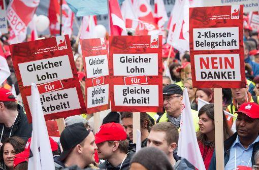 Politisch kämpfen die Gewerkschaften gegen die unterschiedliche Behandlung von Leiharbeitern – am Tarifverhandlungstisch zeigen sie sich aber pragmatisch. Foto: dpa