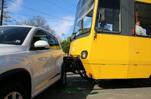 Das Auto hätte hier nicht abbiegen dürfen: Unfall am Stadtbahn-Halt Brendle im Stuttgarter Osten. Foto: 7aktuell.de/Jens Pusch