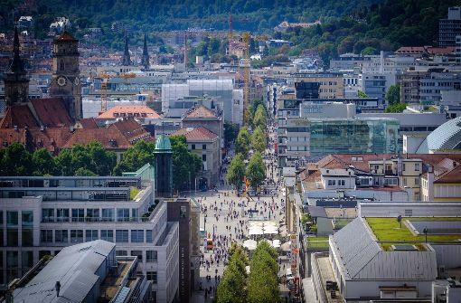 Die Königstraße von oben – Experten führen den spürbaren Rückgang der Kundenfrequenz auch auf den Zuwachs an Verkaufsfläche in der Stadt zurück. Foto: Lichtgut/Achim Zweygarth