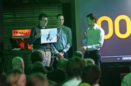 Die Entwickler eines intelligenten Rollators haben den Publikumspreis gewonnen und halten eine Grafik ihres Produkts hoch – das Design ist noch verbesserungsfähig. Foto: Piechowski