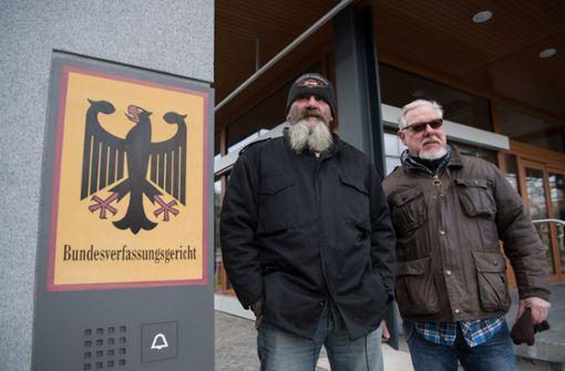 Hells Angels und Bandidos posieren vor Gerichtsgebäude