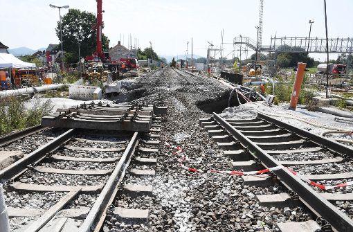 Der Tunnel ist mit Beton verfüllt – nun werden Gleis und Schotterbett abgetragen und eine Betonplatte verlegt. Foto: dpa