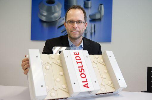 Jörg Kochendörfer, Pressesprecher bei Ceramtec,  hat den Querschnitt einer Anlaufspur in der Hand. Foto: Ines Rudel