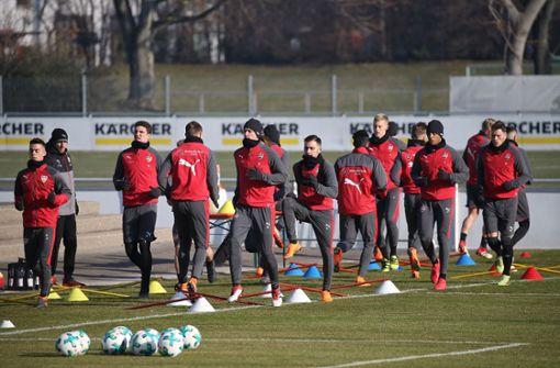 Knackige Temperaturen unter dem Gefrierpunkt und stahlender Sonnenschein erwartete die VfB-Profis beim Training am Mittwoch. Foto: Pressefoto Baumann
