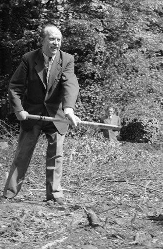 Nachdem sich der Gemeinderat der Stadt und der Verwaltungsrat des damaligen SDR über die Kosten nicht einige werden können, beschließt die Rundfunkanstalt im Mai 1954 einen Alleingang auf eigene Kosten. Der Bau beginnt am 10. Juni 1954 mit dem ersten Spatenstich der Intendanten des Süddeutschen Rundfunk, Dr. Fritz Eberhard. Foto: SWR