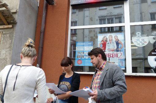 Karzelek spricht mit Passanten in Polen.  Foto: Höhn