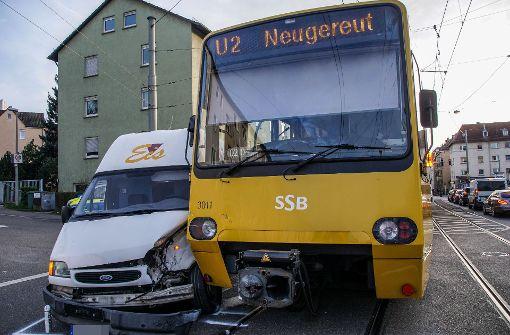 Stadtbahn prallt auf Kleintransporter