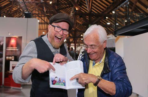 """""""Oh auf Seite 84"""", freut sich Volker Lang, das Pferdle, """"sind wir im neuen Büchle drin."""" Der Synchronsprecher ist 84 Jahre alt.   Foto: Klaus Schnaidt"""