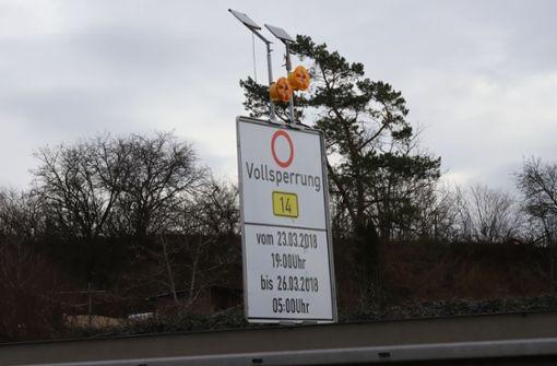 Hinweistafel wie hier vom Neckarpark her kommend weisen auf die Sanierung der Bundesstraße hin. Foto: Patricia Sigerist