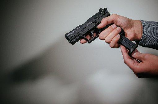 Ein Mann überfällt einen Supermarkt mit einer Pistole in Sulzbach an der Murr und flüchtet. Foto: dpa (Symbolbild)